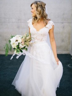 A-Line/Princess V-neck Floor-Length Sleeveless Lace Tulle Wedding Dress