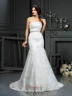 Trumpet/Mermaid Strapless Court Train Lace Wedding Dress